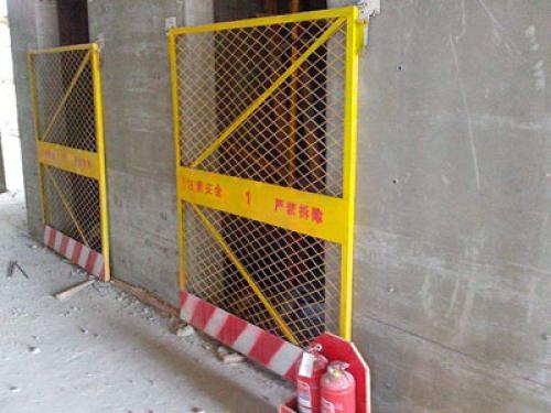 施工电梯安全门案例